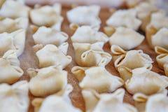 Las bolas de masa hervida de la carne cruda mienten en un tablero de madera Huevo ucraniano de traditional Imágenes de archivo libres de regalías