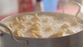 Las bolas de masa hervida hechas en casa se cocinan en una cacerola Agua hirvienda con vapor en la estufa de gas Las bolas de mas almacen de metraje de vídeo