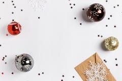Las bolas de las nevadas del sobre de la tarjeta de felicitación de la composición de la decoración de la Navidad brillan las est Imágenes de archivo libres de regalías
