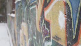 Las bolas de nieve están cayendo en la pared metrajes