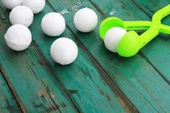 Las bolas de nieve hicieron con la ayuda de un snowdrop imagen de archivo