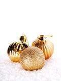 Las bolas de oro del Año Nuevo en nieve Foto de archivo libre de regalías