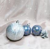 Las bolas del Año Nuevo. Aún-vida en fondo abstracto Foto de archivo