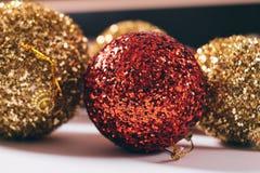 Las bolas del Año Nuevo del color rojo y amarillo Imagen de archivo libre de regalías
