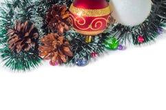 Las bolas del Año Nuevo y de la Navidad con los conos en el fondo blanco Imagen de archivo libre de regalías