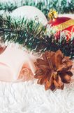 Las bolas del Año Nuevo y de la Navidad con los conos en el fondo blanco Fotos de archivo