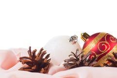 Las bolas del Año Nuevo y de la Navidad con los conos en el fondo blanco Imagenes de archivo