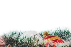 Las bolas del Año Nuevo y de la Navidad con los conos en el fondo blanco Imagen de archivo