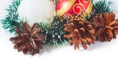 Las bolas del Año Nuevo y de la Navidad con los conos en el fondo blanco Foto de archivo libre de regalías