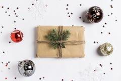 Las bolas del brunch de la picea de la caja de regalo de la composición de la decoración de la Navidad brillan las estrellas Foto de archivo