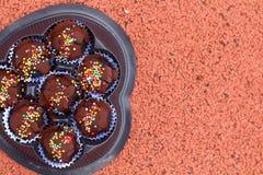 Las bolas del chocolate en la tierra Imagen de archivo libre de regalías