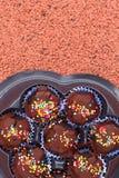 Las bolas del chocolate en la tierra Fotos de archivo libres de regalías