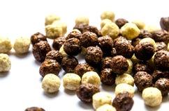 Las bolas del chocolate y de la lechería para el desayuno se aíslan en un fondo blanco fotografía de archivo libre de regalías