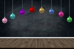 Las bolas del día de fiesta de la Navidad adornan la ejecución en la clase de escuela en fondo de la pizarra espacio de la copia  Foto de archivo libre de regalías