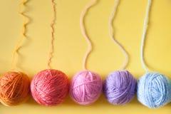 Las bolas del hilado mienten en un cono de la galleta para el helado Lanas coloreadas Fotografía de archivo libre de regalías