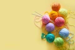 Las bolas del hilado mienten en un cono de la galleta para el helado Lanas coloreadas Imagen de archivo libre de regalías