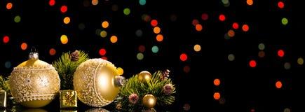 Las bolas grandes y pequeñas de la Navidad, pino ramifican, las cajas de regalo, en fondo negro foto de archivo libre de regalías