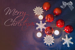 Las bolas, las velas y los copos de nieve de la Navidad con el ` de la Feliz Navidad del ` mandan un SMS Foto de archivo libre de regalías