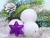 Las bolas mullidas blancas del Año Nuevo. La vida todavía del Año Nuevo Fotos de archivo