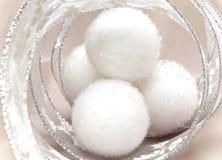 Las bolas mullidas blancas y la malla decorativa del Año Nuevo. Aún-vida Imagen de archivo libre de regalías