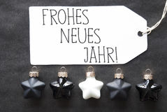 Las bolas negras del árbol de navidad, Frohes Neues significan Feliz Año Nuevo Foto de archivo libre de regalías