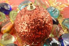 Las bolas rojas del Año Nuevo (la Navidad) con las piedras fijaron, tarjeta de la invitación del día de fiesta Imagenes de archivo