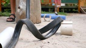 Las bolas ruedan en canales inclinados en la superficie de madera, opinión del primer en el movimiento metrajes