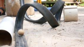Las bolas ruedan en canales inclinados en la superficie de madera, opinión del primer en el movimiento almacen de metraje de vídeo