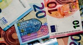 Las bolsas de las finanzas del primer del dinero de las notas del euro foto de archivo libre de regalías
