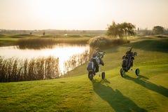 las bolsas de golf en verde Fotos de archivo libres de regalías