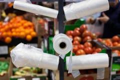 Las bolsas de plástico en un supermercado fotos de archivo libres de regalías