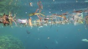 Las bolsas de plástico y la otra basura que flotan bajo el agua almacen de metraje de vídeo