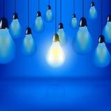 Las bombillas múltiples que cuelgan con los cordones, un bulbo están brillando intensamente stock de ilustración