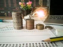 Las bombillas se colocan en documentos de negocio y conceptos de la contabilidad financiera imagen de archivo libre de regalías