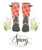 Las botas de lluvia y el bosque de la primavera se chiban, diseñan la tarjeta Fotografía de archivo
