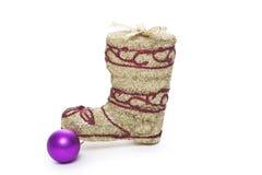 Las botas de oro de Papá Noel con la bola de la Navidad aislada Fotografía de archivo