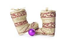 Las botas de oro de Papá Noel con la bola de la Navidad aislada Imagen de archivo libre de regalías