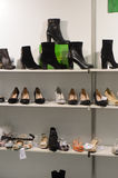 Las botas, International de los zapatos especializaron la exposición para el calzado, los bolsos y los accesorios Mos Shoes New Fotografía de archivo