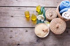 Las botellas con el aroma esencial engrasan, las toallas, sal del mar y tropica Foto de archivo