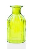 Las botellas de cristal aisladas en el fondo blanco, vidrio colorido fijaron en el fondo blanco, vidrio para el agua dulce, siste Imagenes de archivo