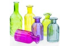Las botellas de cristal aisladas en el fondo blanco, vidrio colorido fijaron en el fondo blanco, vidrio para el agua dulce, siste Fotografía de archivo