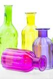 Las botellas de cristal aisladas en el fondo blanco, vidrio colorido fijaron en el fondo blanco, vidrio para el agua dulce, siste Foto de archivo libre de regalías