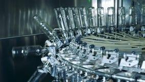 Las botellas de cristal están consiguiendo bajadas por un mecanismo de la fábrica metrajes