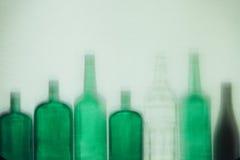 Las botellas de cristal verdes vacías se colocan en concepto de la bebida de la fila Foto de archivo libre de regalías