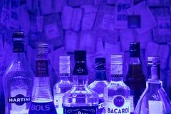 Las botellas de la abundancia de alcohol beben en fila Imagen de archivo libre de regalías