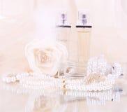 Las botellas de perfume nupciales, blanco se levantaron Foto de archivo
