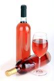 Las botellas de vino con la copa de vino Fotos de archivo
