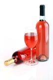 Las botellas de vino con la copa de vino Fotografía de archivo libre de regalías