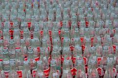 Las botellas del coque se alinearon para la sacudida del anillo Imagenes de archivo