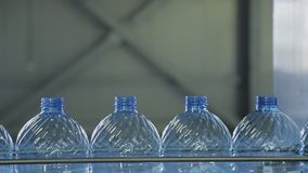 Las botellas plásticas se mueven a lo largo de la banda transportadora en el taller de la compañía dentro almacen de metraje de vídeo